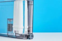Purification d'eau de filtre dans le conteneur de machine de café Appareils de cuisine image libre de droits