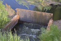 purification mécanique des eaux usées dans le lac photos libres de droits
