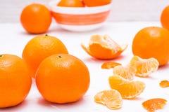 Purified mandarynka plasterki i całe mandarynki obrazy royalty free