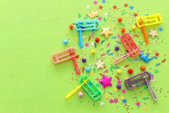 Purim świętowania pojęcie & x28; żydowski karnawałowy holiday& x29; confetti i noisemaker nad drewnianym zielonym tłem zdjęcia stock