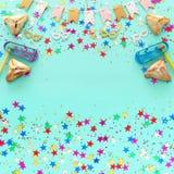 Purim świętowania pojęcie & x28; żydowski karnawałowy holiday& x29; nad drewnianym pastelowym błękitnym tłem Odgórny widok, miesz zdjęcie stock