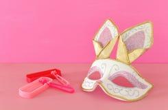 Purim świętowania pojęcie & x28; żydowski karnawałowy holiday& x29; z śliczną królik maską, noisemaker nad drewnianym stołem i fotografia royalty free