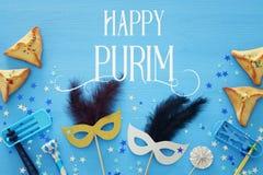 Purim świętowania pojęcie & x28; żydowski karnawałowy holiday& x29; nad błękitnym drewnianym tłem Odgórny widok zdjęcie royalty free