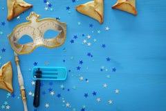 Purim świętowania pojęcie & x28; żydowski karnawałowy holiday& x29; nad błękitnym drewnianym tłem Odgórny widok obraz royalty free
