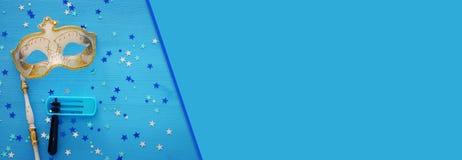 Purim świętowania pojęcie & x28; żydowski karnawałowy holiday& x29; nad błękitnym drewnianym tłem Odgórny widok fotografia royalty free