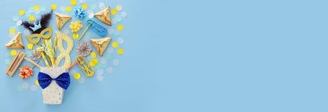 Purim świętowania pojęcie & x28; żydowski karnawałowy holiday& x29; nad błękitnym drewnianym tłem Odgórny widok fotografia stock