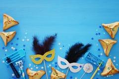 Purim świętowania pojęcie & x28; żydowski karnawałowy holiday& x29; nad błękitnym drewnianym tłem Odgórny widok obrazy stock