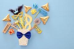 Purim świętowania pojęcie & x28; żydowski karnawałowy holiday& x29; nad błękitnym drewnianym tłem Odgórny widok obrazy royalty free