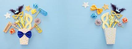 Purim świętowania pojęcie & x28; żydowski karnawałowy holiday& x29; nad błękitnym drewnianym tłem Odgórny widok sztandar zdjęcie stock
