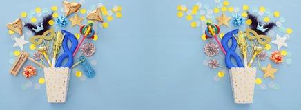 Purim świętowania pojęcie & x28; żydowski karnawałowy holiday& x29; nad błękitnym drewnianym tłem Odgórny widok sztandar obrazy stock
