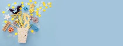 Purim świętowania pojęcie & x28; żydowski karnawałowy holiday& x29; nad błękitnym drewnianym tłem Odgórny widok sztandar zdjęcie royalty free