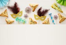 Purim świętowania pojęcie & x28; żydowski karnawałowy holiday& x29; nad białym drewnianym tłem Odgórny widok obraz royalty free