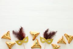 Purim świętowania pojęcie & x28; żydowski karnawałowy holiday& x29; nad białym drewnianym tłem Odgórny widok zdjęcia royalty free