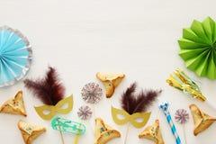Purim świętowania pojęcie & x28; żydowski karnawałowy holiday& x29; nad białym drewnianym tłem Odgórny widok zdjęcia stock
