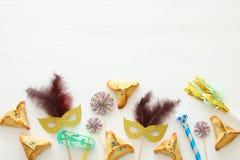 Purim świętowania pojęcie & x28; żydowski karnawałowy holiday& x29; nad białym drewnianym tłem Odgórny widok obrazy stock