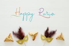 Purim świętowania pojęcie & x28; żydowski karnawałowy holiday& x29; nad białym drewnianym tłem Odgórny widok obrazy royalty free
