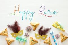Purim świętowania pojęcie & x28; żydowski karnawałowy holiday& x29; nad białym drewnianym tłem Odgórny widok fotografia royalty free