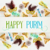 Purim świętowania pojęcie & x28; żydowski karnawałowy holiday& x29; nad białym drewnianym tłem Odgórny widok - wizerunek zdjęcia stock