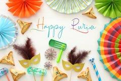 Purim świętowania pojęcie & x28; żydowski karnawałowy holiday& x29; nad białym drewnianym tłem Odgórny widok - wizerunek zdjęcie stock