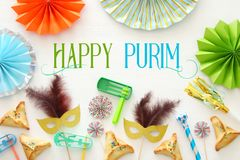 Purim świętowania pojęcie & x28; żydowski karnawałowy holiday& x29; nad białym drewnianym tłem Odgórny widok - wizerunek obrazy stock