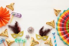 Purim świętowania pojęcie & x28; żydowski karnawałowy holiday& x29; nad białym drewnianym tłem Odgórny widok - wizerunek fotografia royalty free