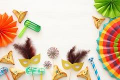Purim świętowania pojęcie & x28; żydowski karnawałowy holiday& x29; nad białym drewnianym tłem Odgórny widok - wizerunek fotografia stock