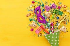 Purim świętowania pojęcie & x28; żydowski karnawałowy holiday& x29; nad drewnianym żółtym tłem zdjęcie stock