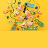 Purim świętowania pojęcie & x28; żydowski karnawałowy holiday& x29; nad drewnianym żółtym tłem zdjęcia stock