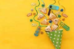 Purim świętowania pojęcie & x28; żydowski karnawałowy holiday& x29; nad drewnianym żółtym tłem zdjęcia royalty free