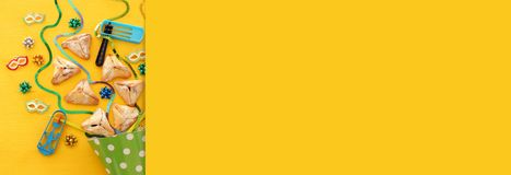 Purim świętowania pojęcie & x28; żydowski karnawałowy holiday& x29; nad drewnianym żółtym tłem sztandar zdjęcie royalty free