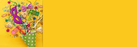 Purim świętowania pojęcie & x28; żydowski karnawałowy holiday& x29; nad drewnianym żółtym tłem sztandar zdjęcia royalty free