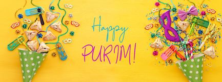 Purim świętowania pojęcie & x28; żydowski karnawałowy holiday& x29; nad drewnianym żółtym tłem sztandar fotografia stock