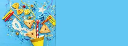 Purim świętowania pojęcie & x28; żydowski karnawałowy holiday& x29; nad drewnianym błękitnym tłem obrazy royalty free
