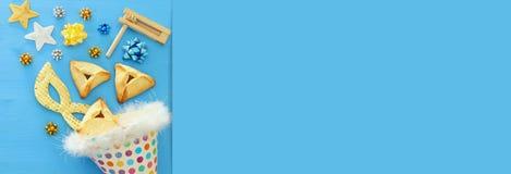 Purim świętowania pojęcie & x28; żydowski karnawałowy holiday& x29; nad drewnianym błękitnym tłem zdjęcia royalty free