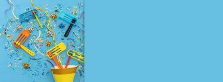 Purim świętowania pojęcie & x28; żydowski karnawałowy holiday& x29; nad drewnianym błękitnym tłem obraz royalty free