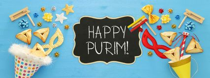 Purim świętowania pojęcie & x28; żydowski karnawałowy holiday& x29; nad drewnianym błękitnym tłem zdjęcie stock