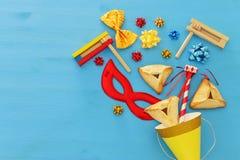 Purim świętowania pojęcie & x28; żydowski karnawałowy holiday& x29; nad drewnianym błękitnym tłem fotografia royalty free