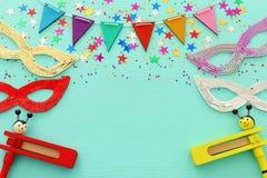 Purim świętowania pojęcie & x28; żydowski karnawałowy holiday& x29; nad drewnianym błękitnym tłem fotografia stock