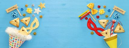 Purim świętowania pojęcie & x28; żydowski karnawałowy holiday& x29; nad drewnianym błękitnym tłem sztandar obrazy stock
