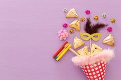 Purim świętowania pojęcie & x28; żydowski karnawałowy holiday& x29; nad drewnianym purpurowym tłem zdjęcie royalty free