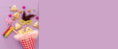 Purim świętowania pojęcie & x28; żydowski karnawałowy holiday& x29; nad drewnianym purpurowym tłem sztandar obraz royalty free