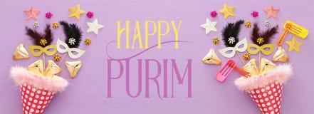 Purim świętowania pojęcie & x28; żydowski karnawałowy holiday& x29; nad drewnianym purpurowym tłem sztandar obrazy royalty free