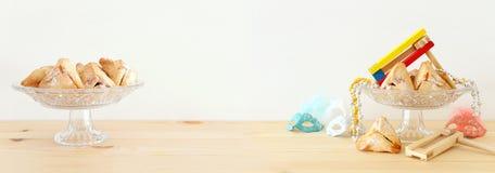 Purim świętowania pojęcie & x28; żydowski karnawałowy holiday& x29; nad drewnianym stołu i bielu tłem zdjęcie royalty free