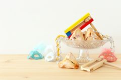 Purim świętowania pojęcie & x28; żydowski karnawałowy holiday& x29; nad drewnianym stołu i bielu tłem fotografia royalty free