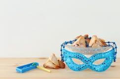 Purim świętowania pojęcie & x28; żydowski karnawałowy holiday& x29; nad drewnianym stołu i bielu tłem obraz stock