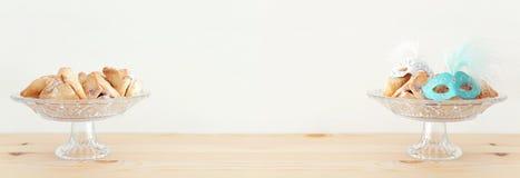 Purim świętowania pojęcie & x28; żydowski karnawałowy holiday& x29; nad drewnianym stołu i bielu tłem fotografia stock
