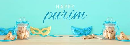 Purim świętowania pojęcie & x28; żydowski karnawałowy holiday& x29; nad drewnianym stołu i mennicy tłem obraz royalty free