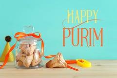 Purim świętowania pojęcie & x28; żydowski karnawałowy holiday& x29; nad drewnianym stołu i mennicy tłem zdjęcie royalty free