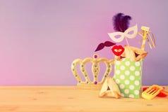 Purim świętowania pojęcie & x28; żydowski karnawałowy holiday& x29; nad drewnianym stołu i purpur tłem zdjęcia royalty free