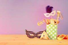 Purim świętowania pojęcie & x28; żydowski karnawałowy holiday& x29; nad drewnianym stołu i purpur tłem zdjęcia stock